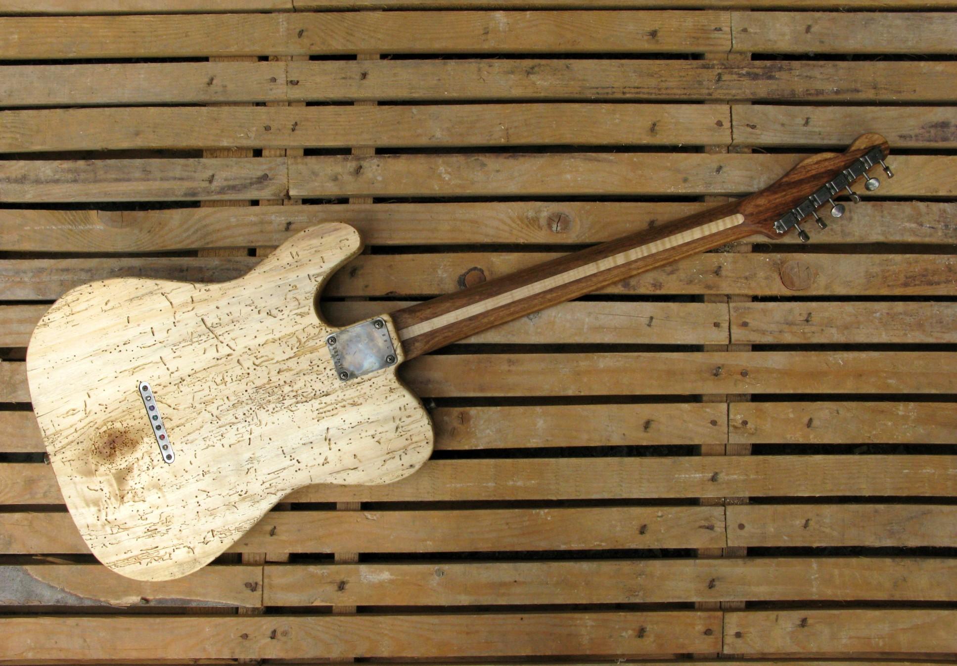 Retro di una chitarra Telecaster in pioppo secolare