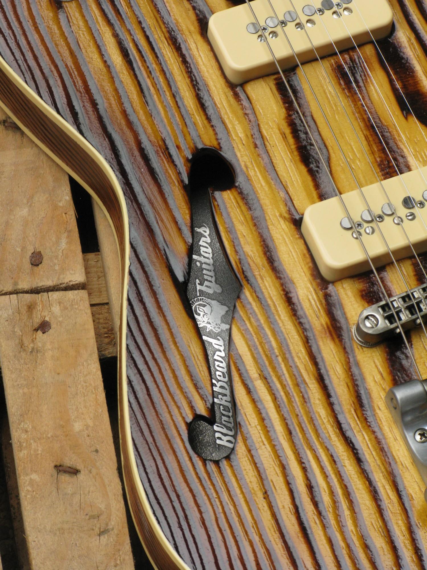 Buca a F di una Telecaster Thinline in pino roasted