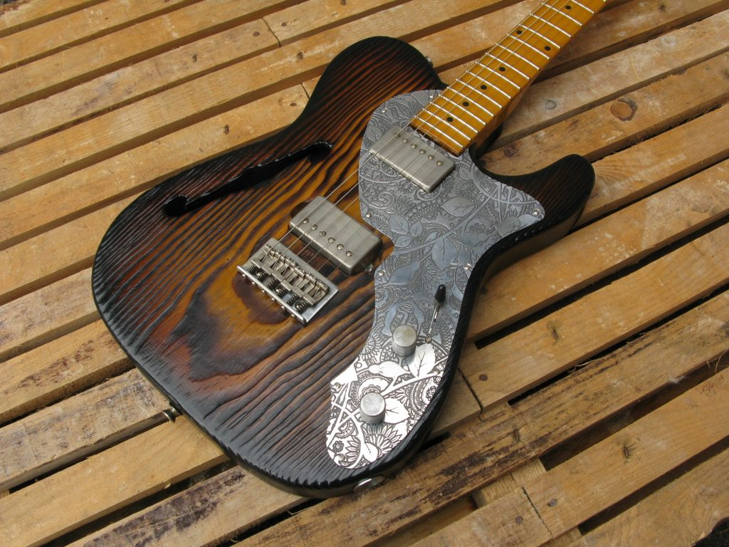 Body di una chitarra Telecaster Thinline in pino roasted con due PAF