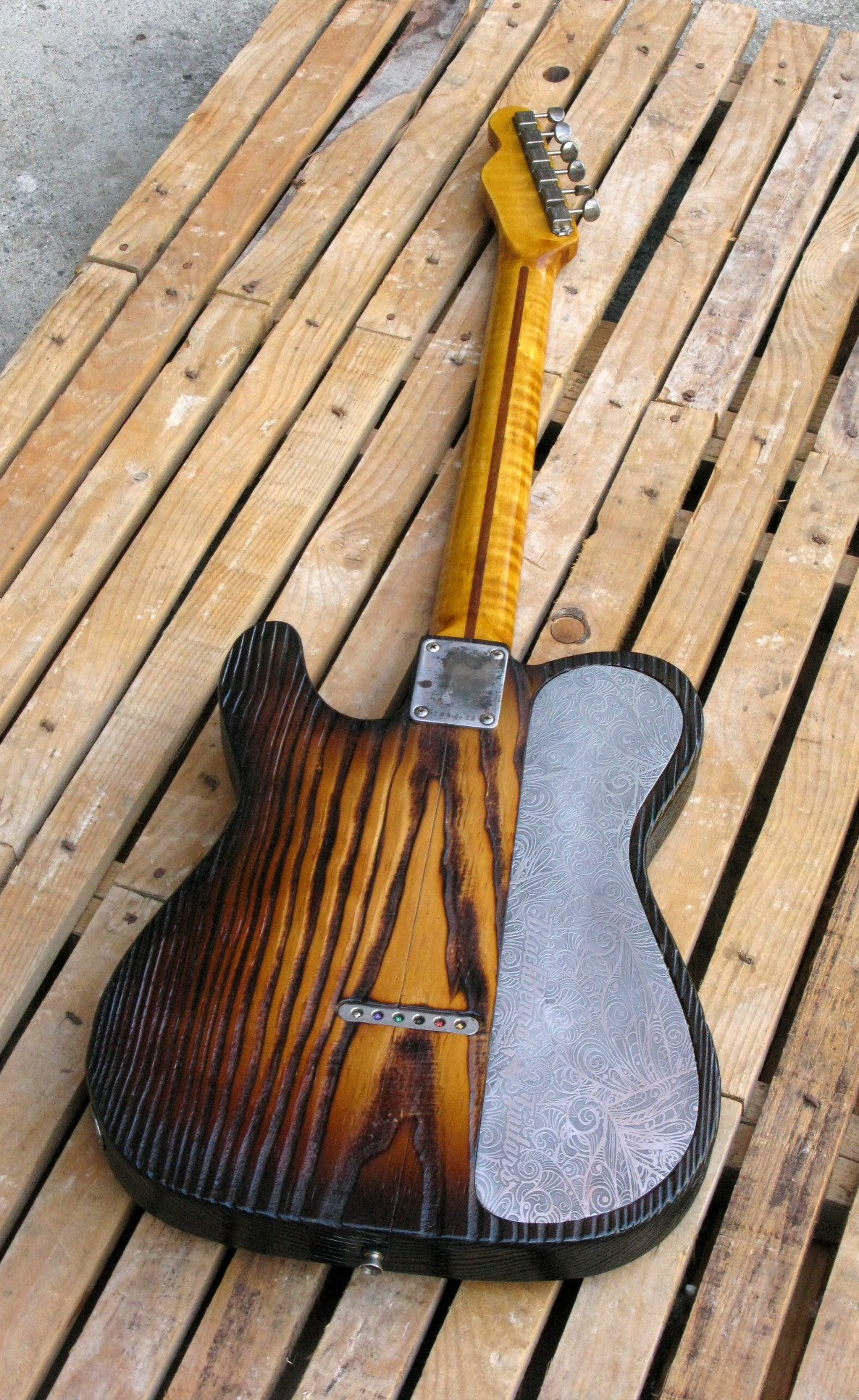 Retro di una chitarra Telecaster Thinline in yellow pine roasted