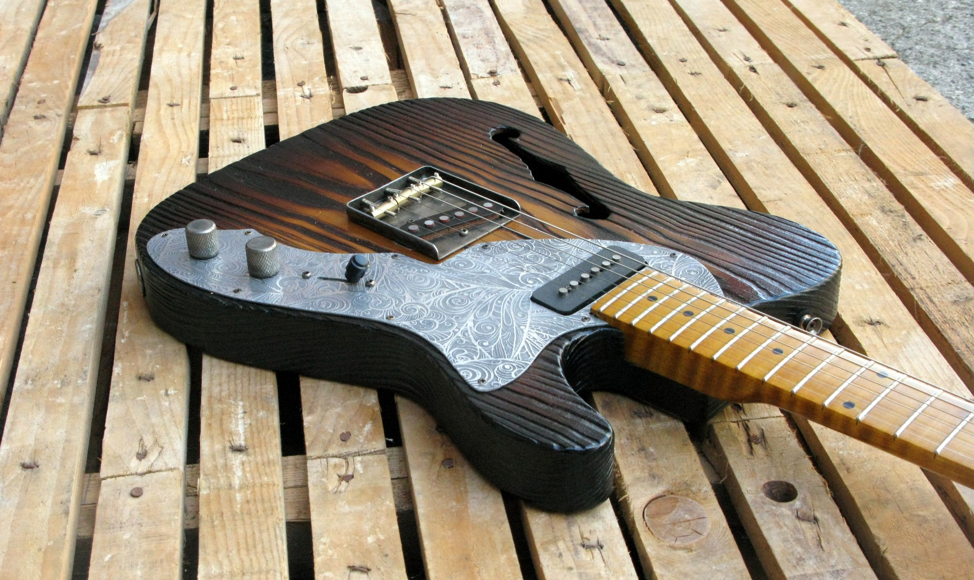 Body di una chitarra Telecaster Thinline in pino roasted