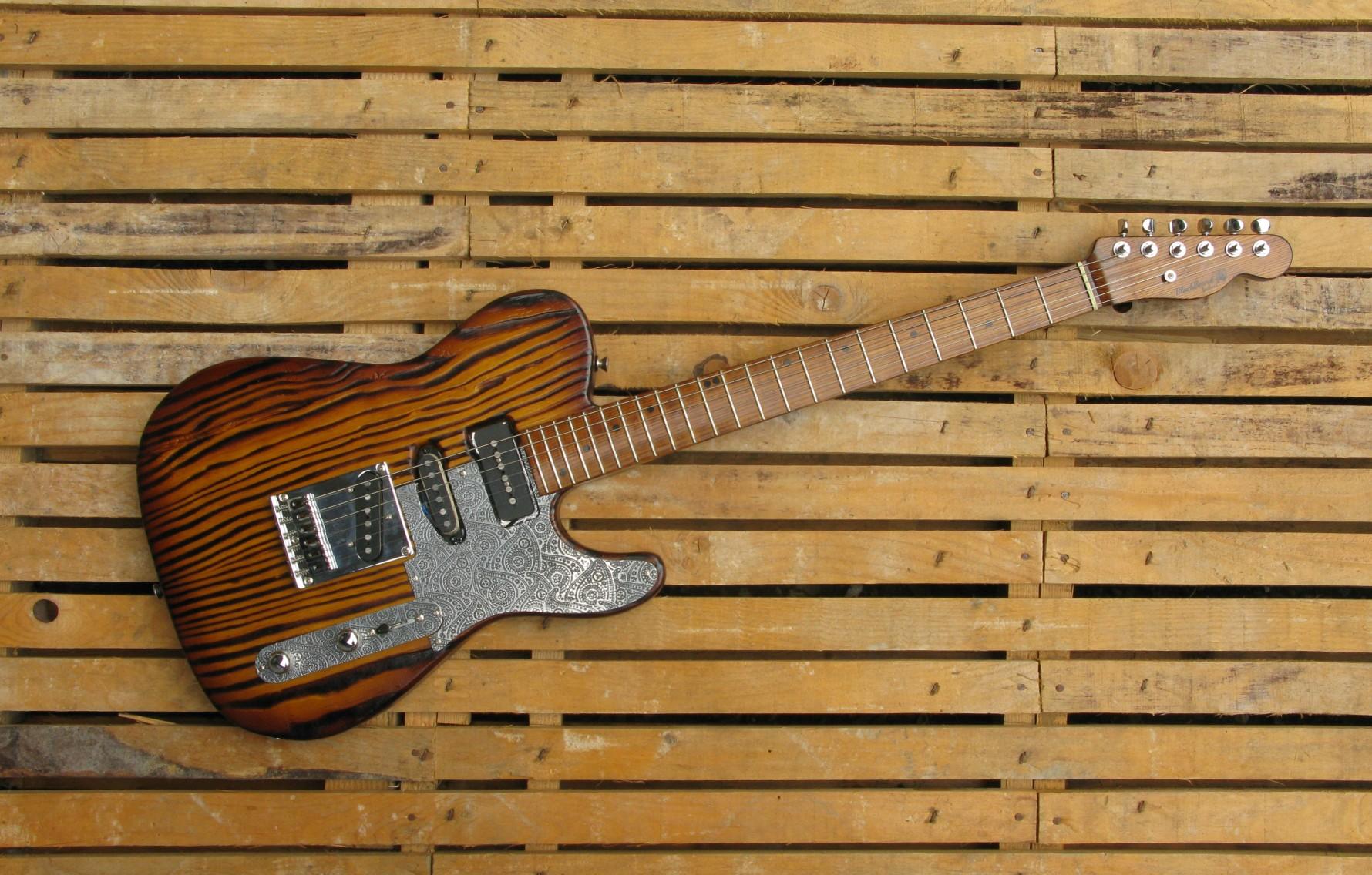 Chitarra elettrica Telecaster. Corpo in yellow pine, finitura roasted. Manico in frassino olivato
