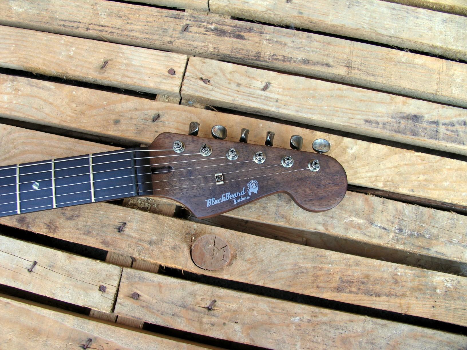 Paletta in noce di una chitarra Stratocaster in pioppo