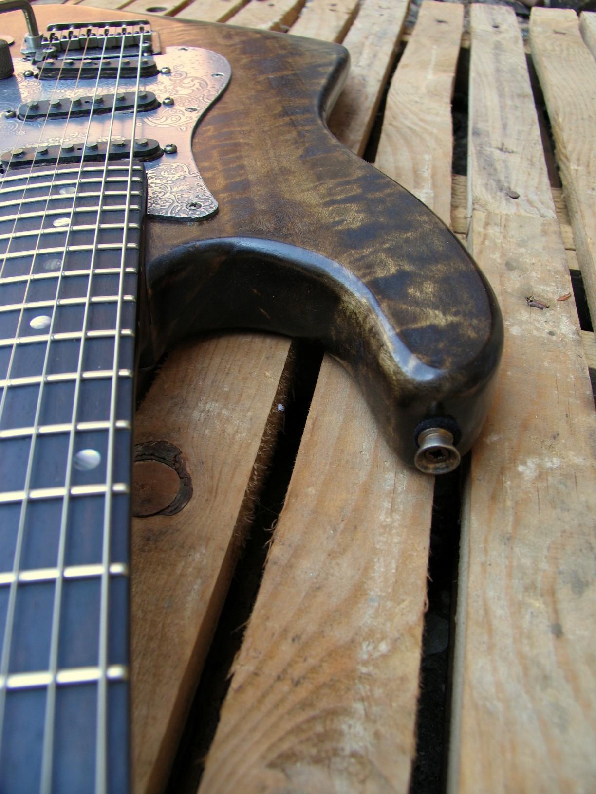 Dettaglio del body di una chitarra Stratocaster in pioppo