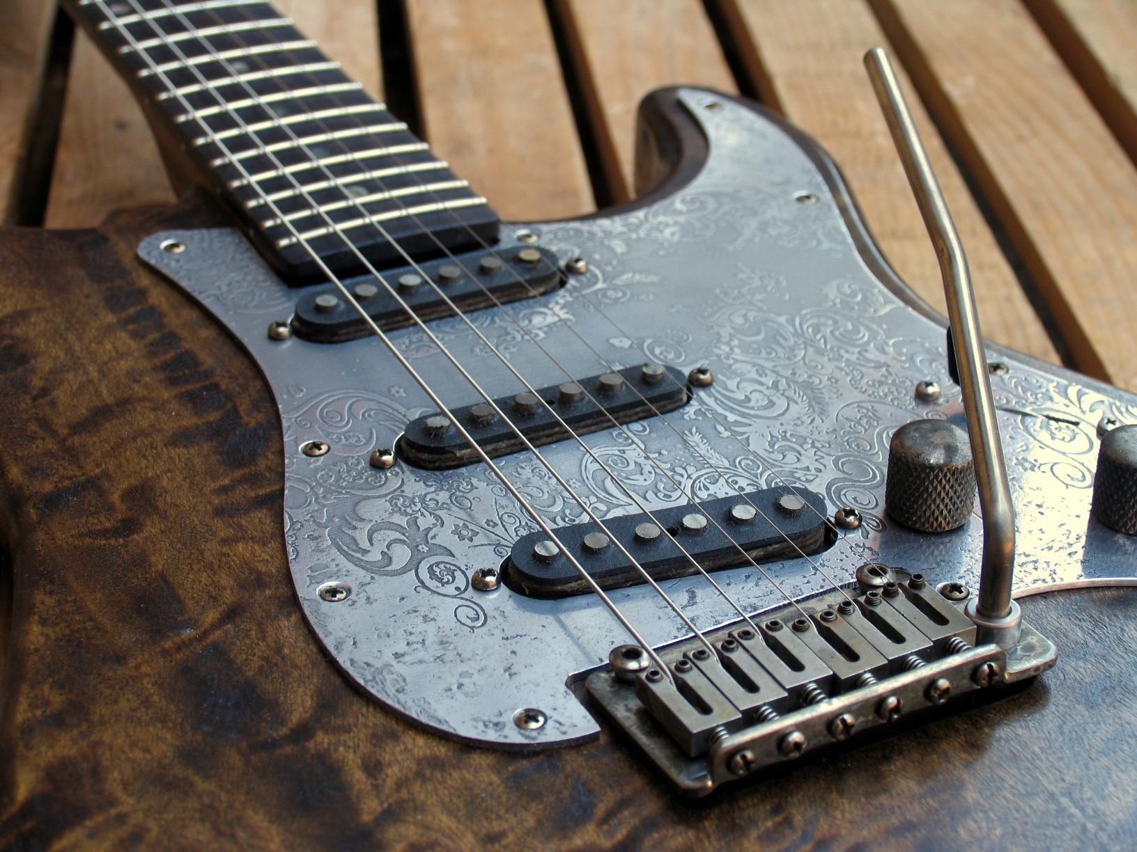 Dettaglio del ponte e dei pickups di una chitarra Stratocaster in pioppo