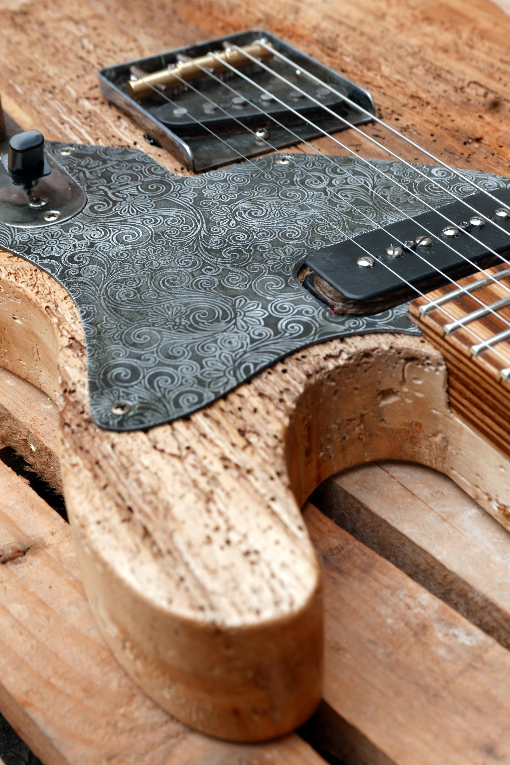 dettaglio battipenna e legno tarlato