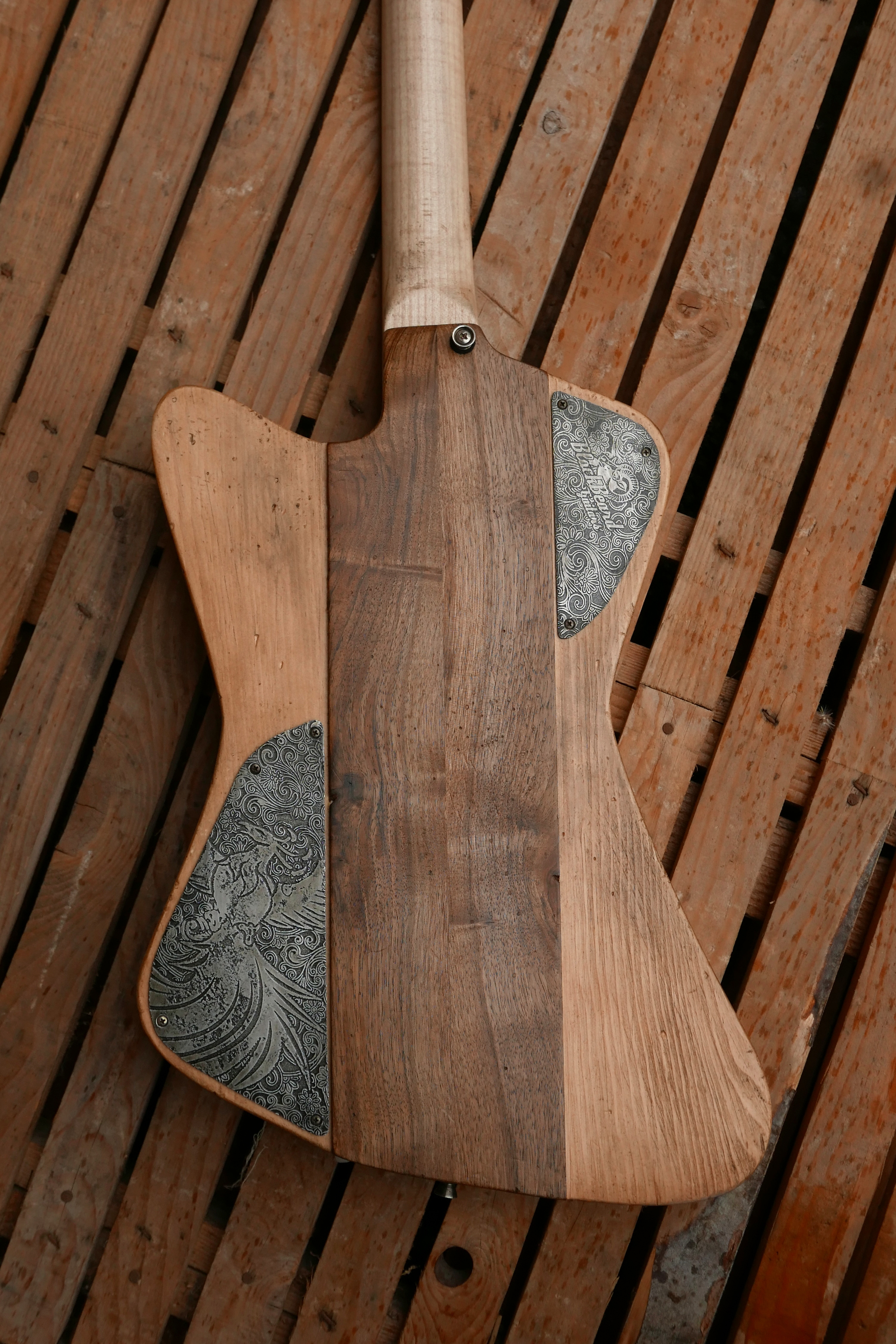retro chitarra con coperchi in alluminio inciso
