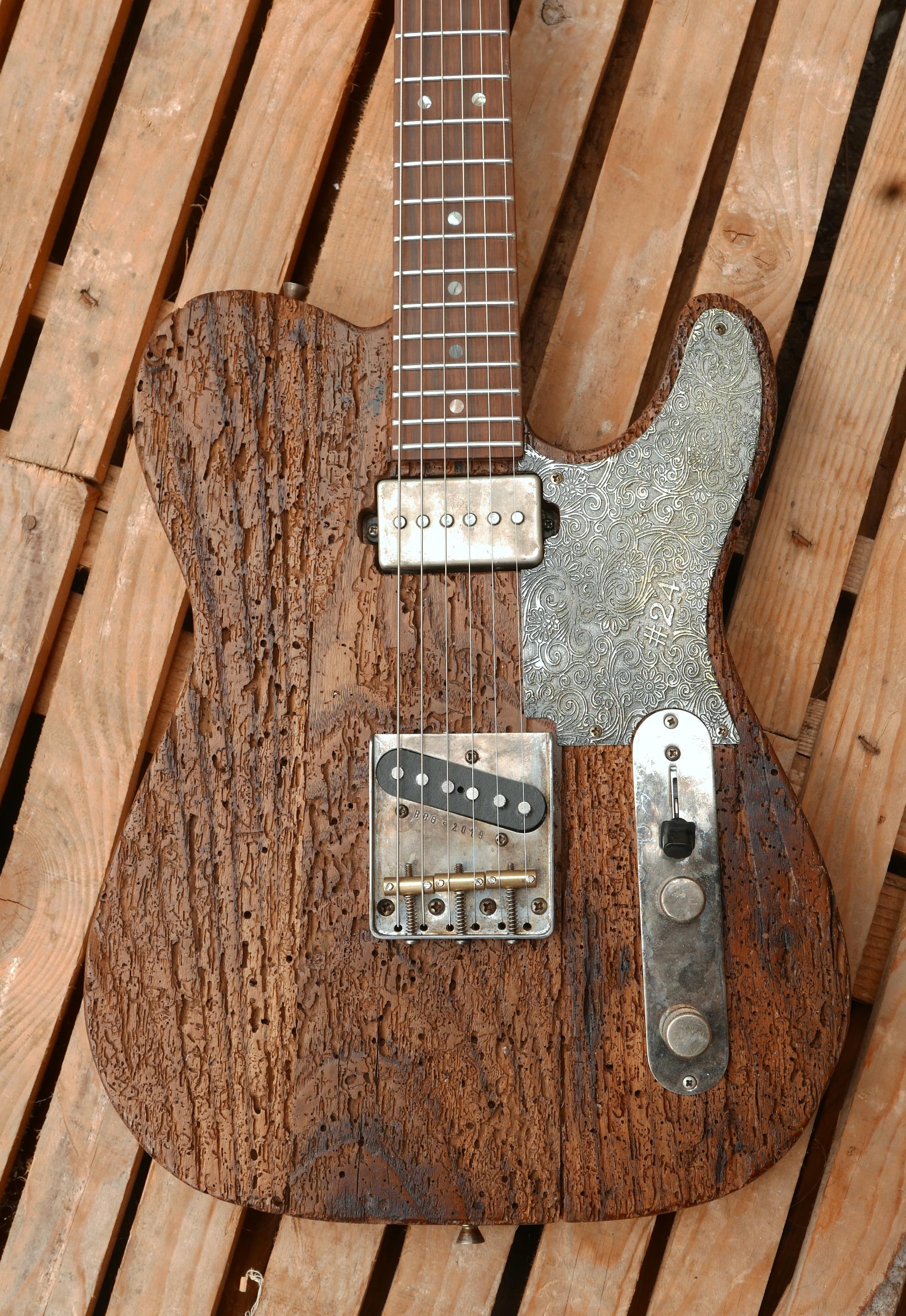 corpo chitarra con pickup e battipenna in metallo