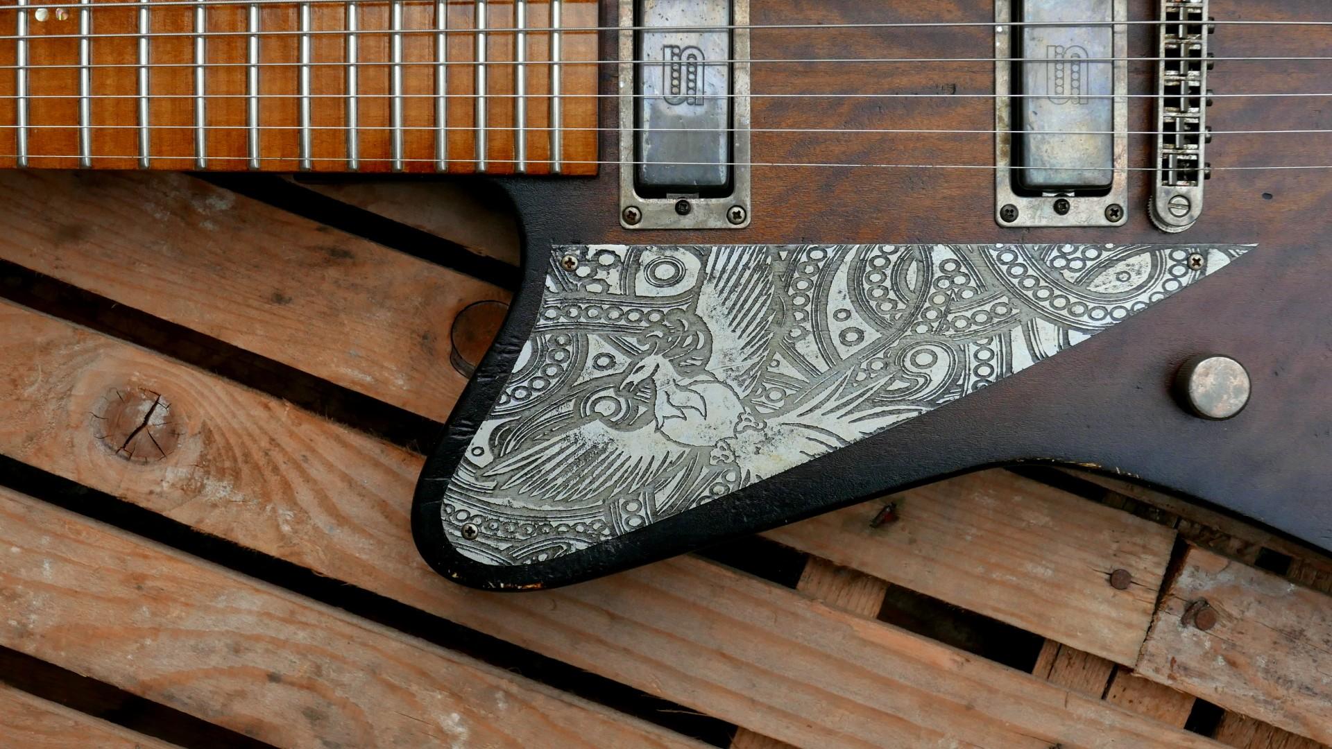 chitarra firebird battipenna alluminio inciso