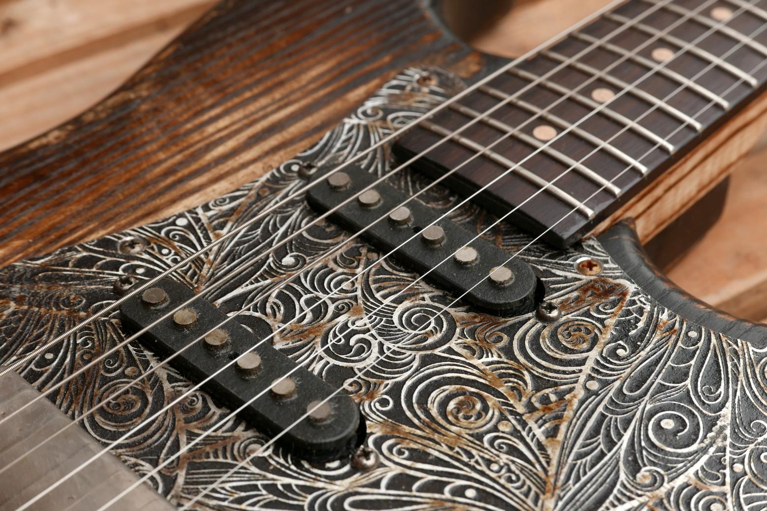 chitarra stratocaster battipenna alluminio